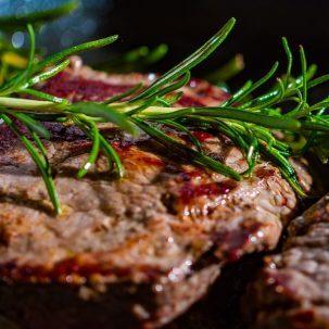 Gegrilde steak met kruiden